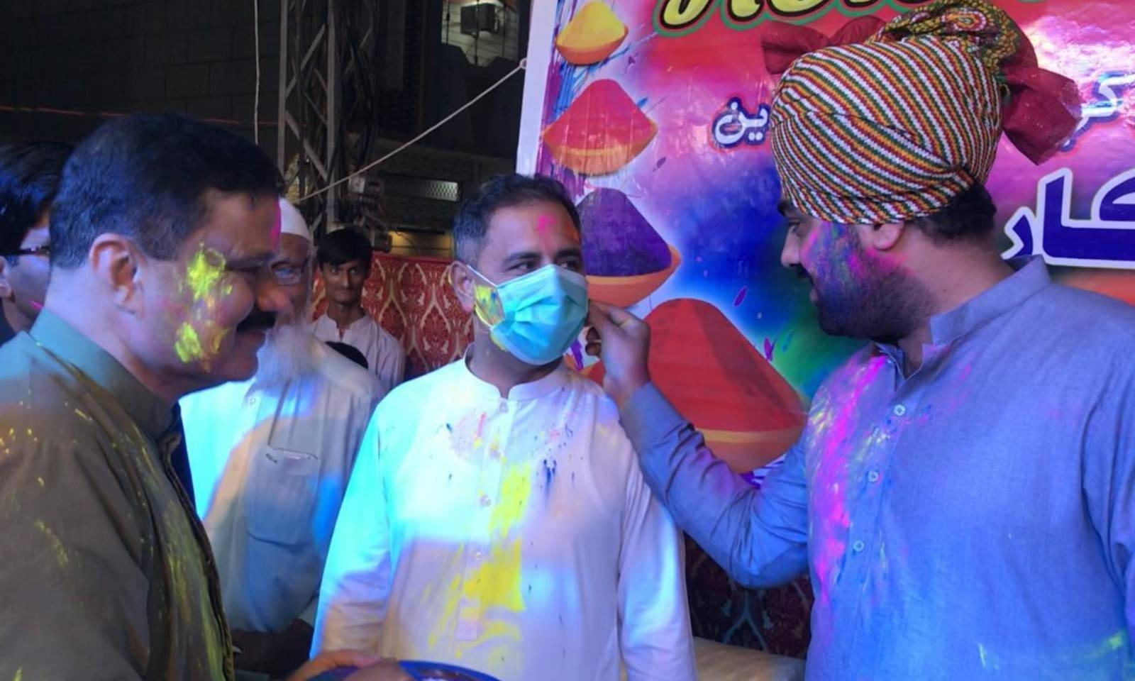 تھرپارکر میں ہولی کی تقریب میں پی پی پی کے صوبائی رکن نے شرکت کی — فوٹو: امتیاز دھارانی