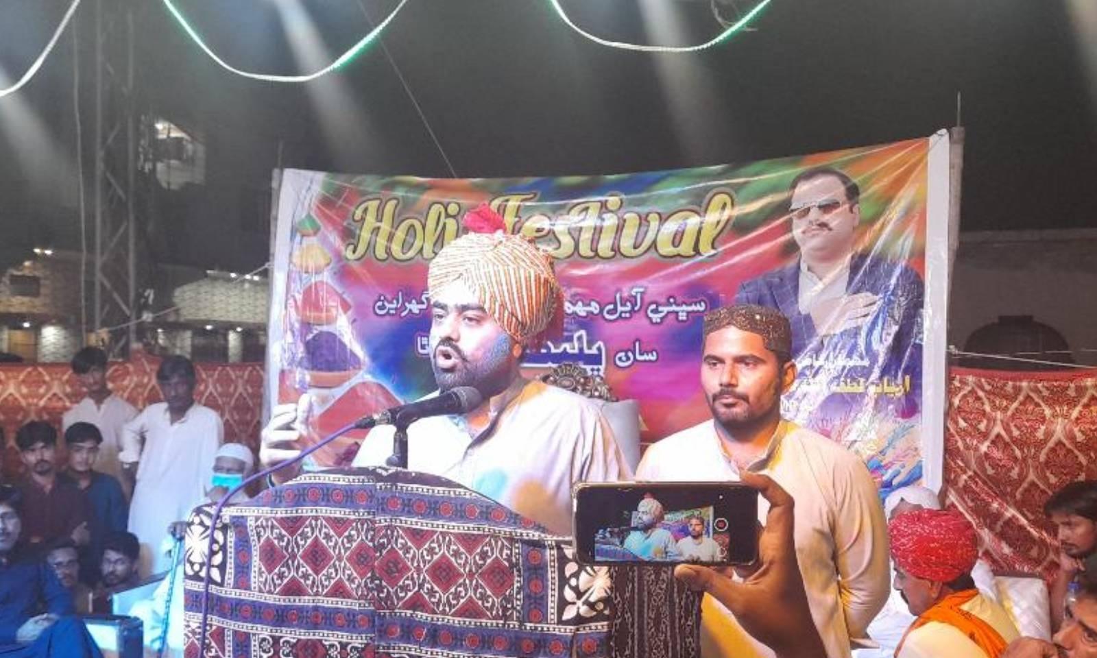 ہولی کی تقریب میں سیاسی و سماجی رہنماؤں نے شرکت کی اور خطاب بھی کیا — فوٹو: امتیاز دھارانی