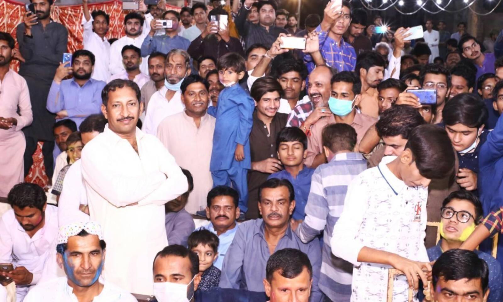 سیکڑوں افراد نے تقریب میں شرکت کی — فوٹو: امتیاز دھارانی