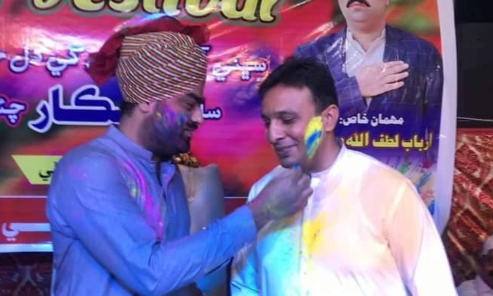 تقریب میں شریک افراد نے ایک دوسرے پر رنگ ڈال کر خوشی منائی —فوٹو: امتیاز دھارانی