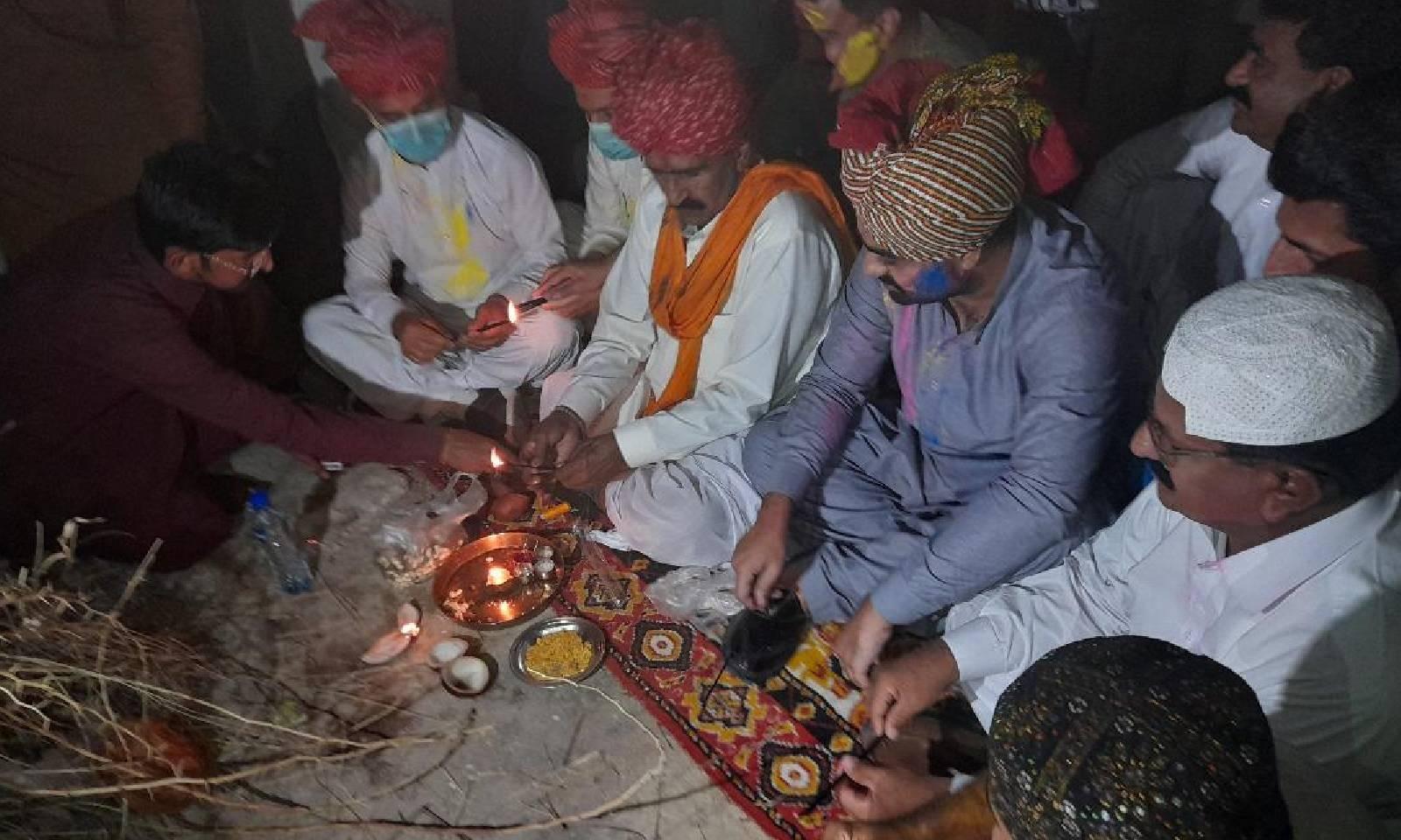 تقریب میں ہندو برادری کے ساتھ ساتھ دیگر مذاہب کے افراد بھی شریک تھے— فوٹو: امتیاز دھارانی