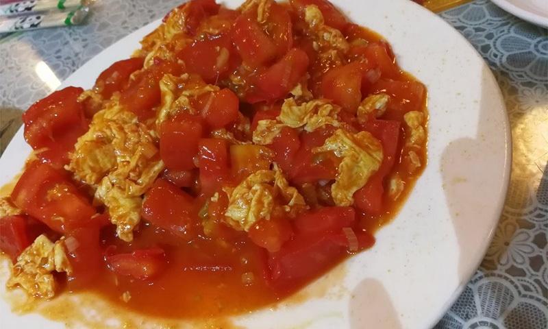 ایک سینئر  نے ہمیں انڈے اور ٹماٹر کی ایک ڈش کے بارے میں کہا کہ یہ بہت مزے کی ہوتی ہے