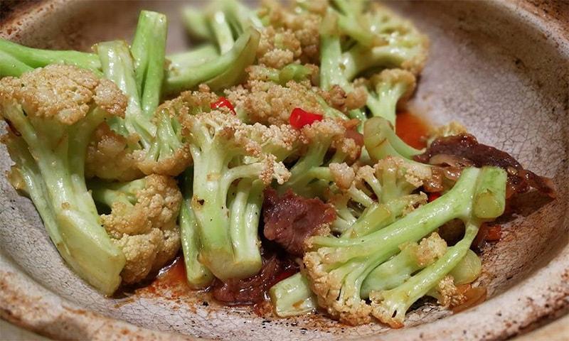 چین میں اپنا پہلا کھانا کھاتے ہوئے ہمیں احساس ہو رہا تھا کہ ہم پوری زندگی چینی کھانوں کے نام پر دھوکا کھاتے رہے تھے
