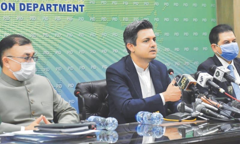 ISLAMABAD: Finance Minister Hammad Azhar addressing a press conference on Wednesday.—Tanveer Shahzad / White Star