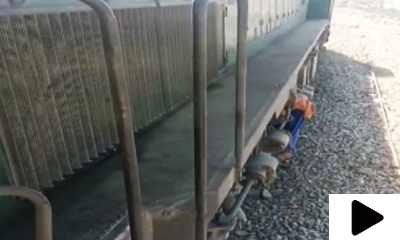 روہڑی ریلوے اسٹیشن پر بچے چلتی ٹرین کے انجن سے بریک بلاک چوری کرنے لگے