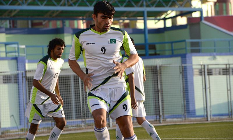 فیفا کی جانب سے دی گئی مدت گزر جانے کے بعد پاکستان فٹبال پابندی کی زد میں آ گئی ہے— فائل فوٹو: اے ایف پی