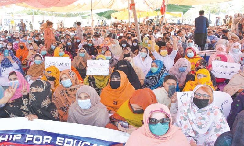 QUETTA: Members of the Balochistan Employees and Workers Grand Alliance hold a sit-in at Edhi Chowk on Saturday.—INP