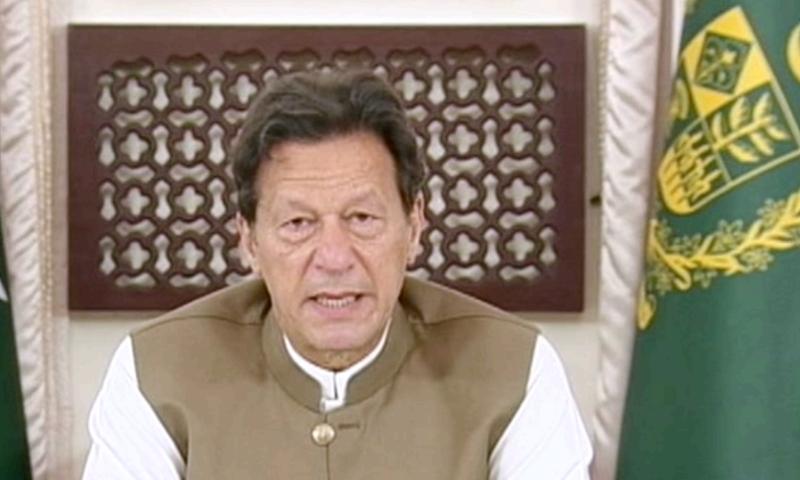 وزیر اعظم عمران خان ٹیلی فون پر عوام کے سوالات کا براہ راست جواب دے رہے تھے - فوٹو:ڈان نیوز