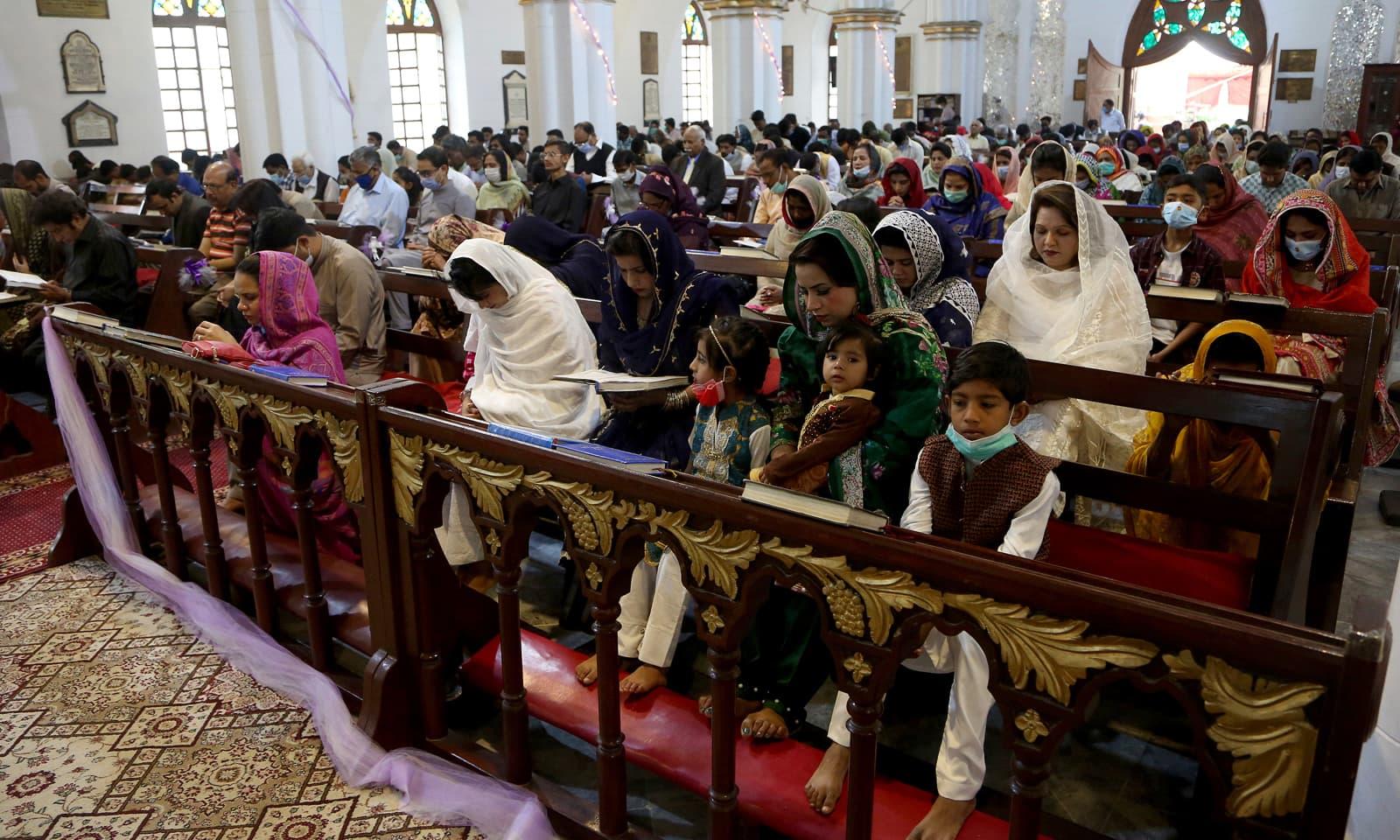 پشاور میں بھی مسیحی برادری نے ایسٹر کا تہوار منایا —فوٹو:اے پی