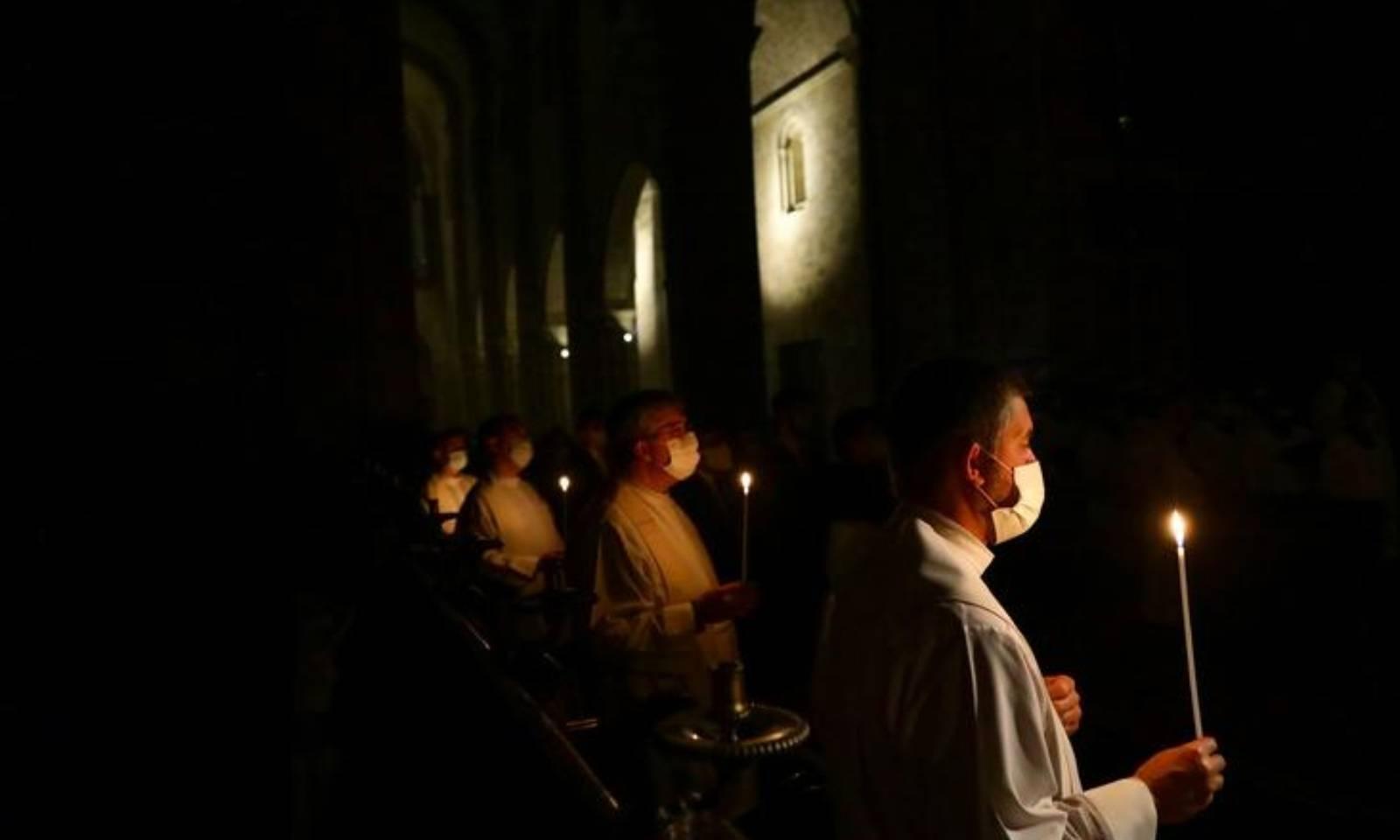 کورونا کے باعث پرتگال میں محدود پیمانے پر ایسٹر کا تہوار منایا گیا  —فوٹو:رائٹرز