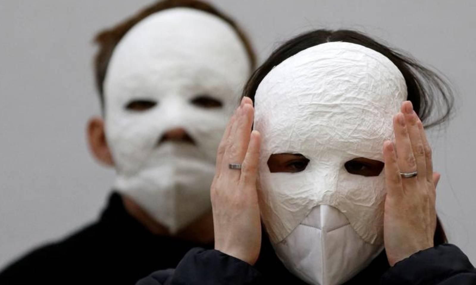 جمہوریہ چیک میں لوگوں نے مختلف ماسکس پہن کر ایسٹر کی تقریبات میں شرکت کی —فوٹو:رائٹرز