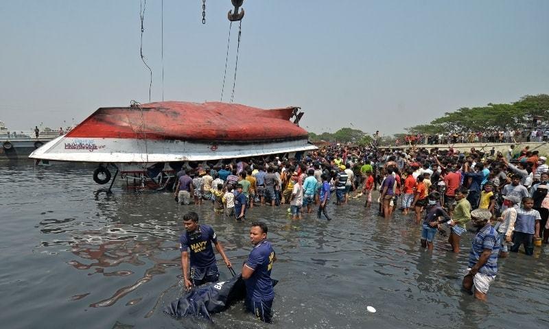 انہوں نے بتایا کہ زیادہ تر لاشیں ڈوبنے والی کشتی سے برآمد کی گئیں—فوٹو: اے ایف پی