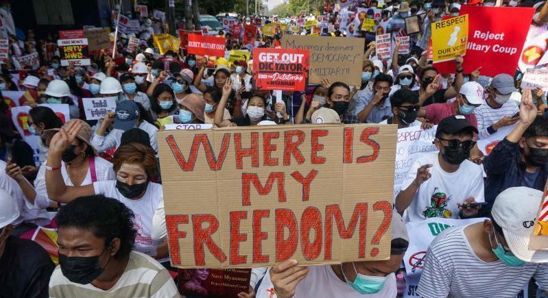 میانمار میں فوجی بغاوت کے بعد ست اب تک 570 سے زائد افراد ہلاک ہو چکے ہیں— فائل فوٹو: اے ایف پی