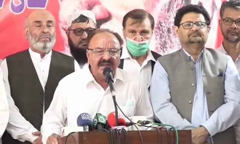 ANP Sindh General Secretary Younis Buneri addresses a press conference alongside PML-N's Miftah Ismail in Karachi. — DawnNewsTV
