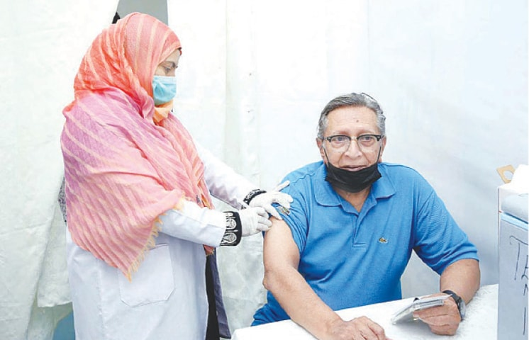 KARACHI: Renowned actor Talat Hussain being administered Covid-19 vaccine at the vaccination centre of Arts Council of Pakistan on Thursday.—APP