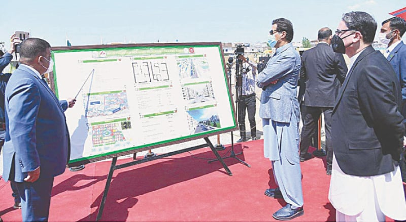 ISLAMABAD: Prime Minister Imran Khan is being briefed on Farash Town Apartments Project on Thursday.—APP