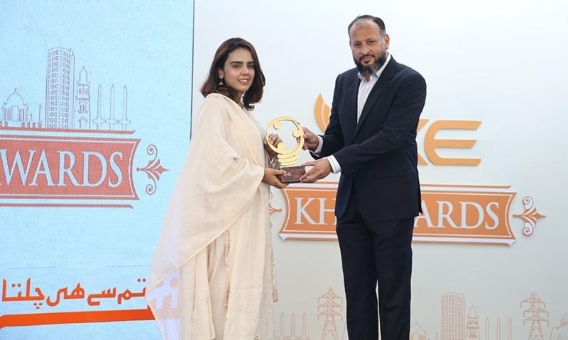 Sehrish Farooq receiving award from Moonis Alvi