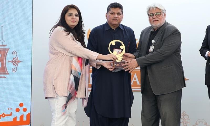Sadia Dada, CMCO K-Electric presenting award to Dr. Asim Qidwai