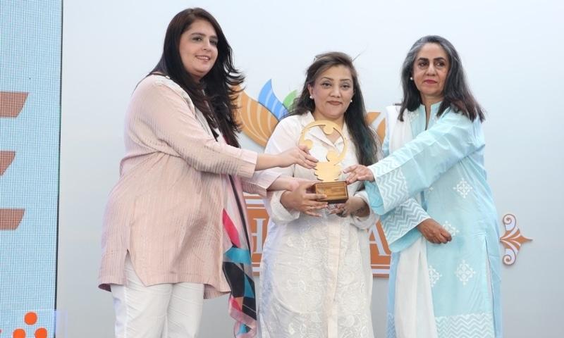 Sadia Dada presenting award to Caroline Faria