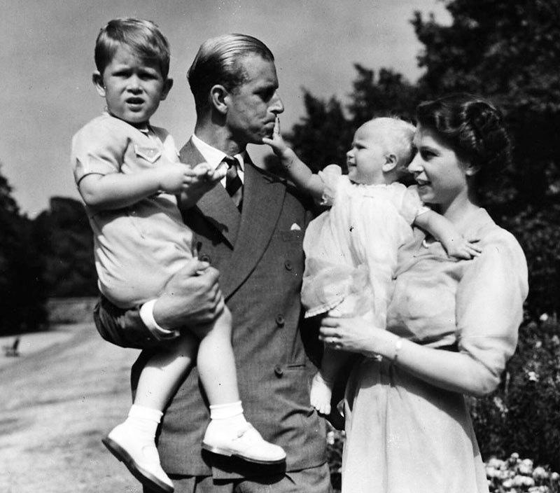 شہزادہ فلپس اور ملکہ برطانیہ شادی کی پہلی سالگرہ سے قبل ہی بچے کے والد بن گئے تھے، ان کے ہاں دوسرا بچہ 1950 میں ہوا—فائل فوٹو: اے پی