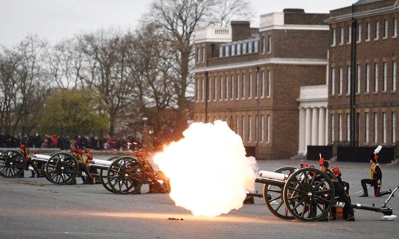 شہزادہ فلپ کے لیے مختلف مقامات پر توپیں چلائی گئیں—فوٹو: رائٹرز