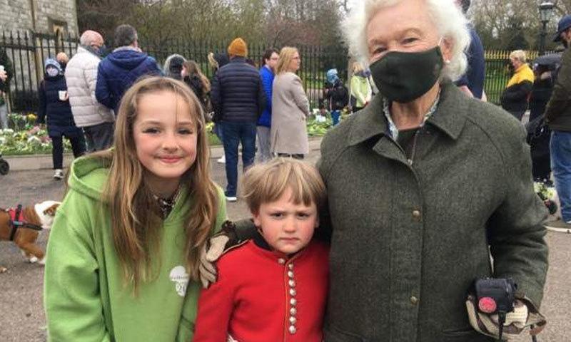 آنجھانی شہزادہ فلپ کی بڑی بیٹی شہزادی اینی اپنی پڑپوتیوں کے ساتھ والد کی آخری دیدار کے لیے آئیں—فوٹو: بی بی سی