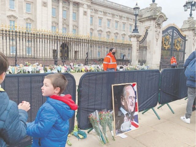 VISITORS left bouquets, sketches and handwritten notes outside Buckingham Palace to mourn Prince Philip.—Photo by writer