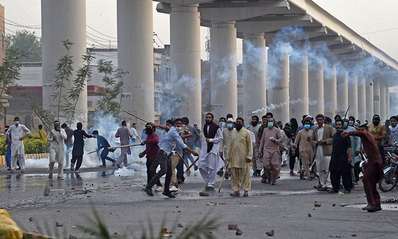 تحریک لبیک کے کارکنان لاہور کی مصروف شاہراہ پر احتجاج کررہے ہیں— فوٹو: اے ایف پی
