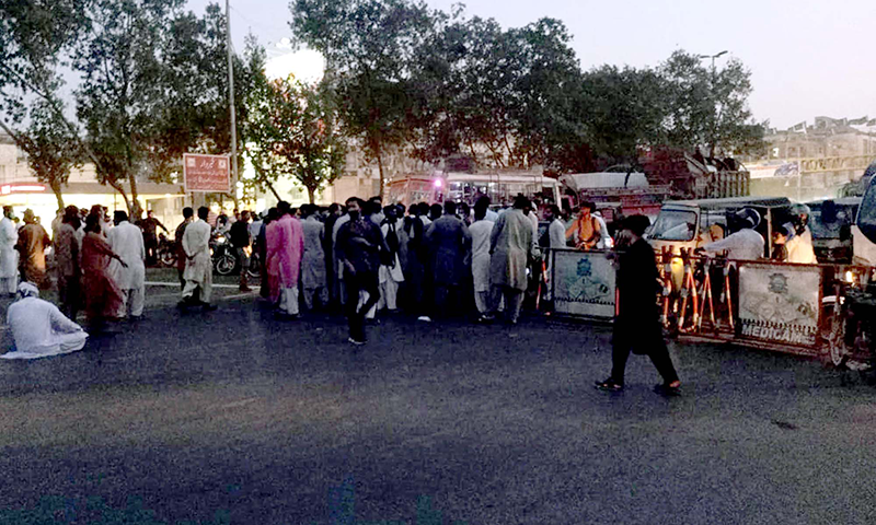 کراچی کی مرکزی شاہراہ پر تحریک لبیک کے کارکنان نے احتجاج کے لیے راستہ بند کیا ہوا ہے— فوٹو: اے پی پی