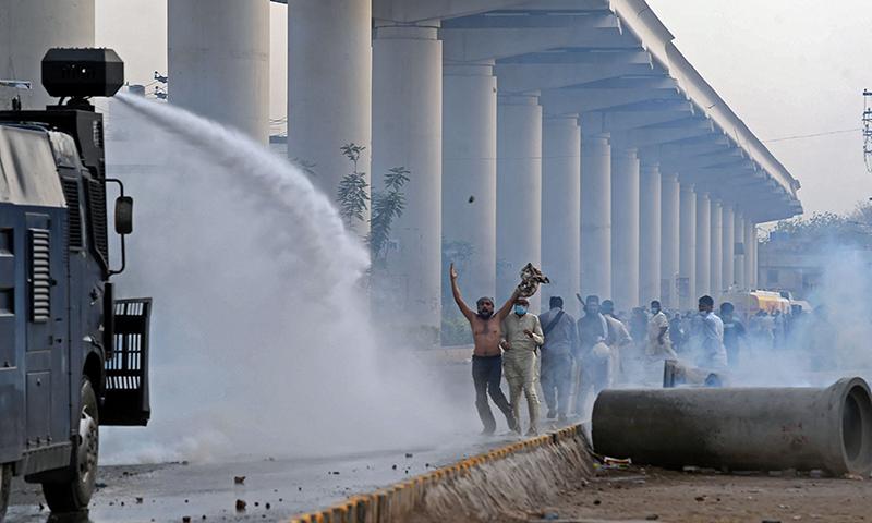 مظاہرین کو منتشر کرنے کے لیے واٹر کینن کا استعمال کیا گیا— فوٹو: اے ایف پی