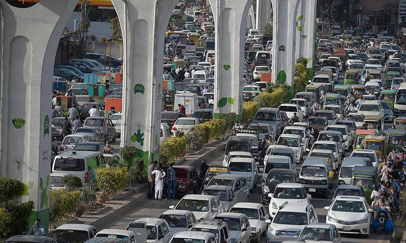 بدترین ٹریفک جام کی وجہ سے شہریوں کو شدید مشکلات کا سامنا ہے—فوٹو: اے ایف پی