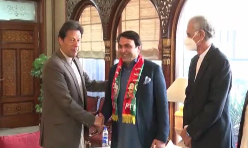 This file photo shows Prime Minister Imran Khan in a meeting with Senator-elect Mohammad Abdul Qadir. — DawnNewsTV/File