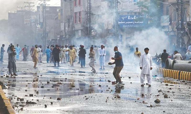 احتجاجی مظاہروں کے دوران 2 افراد ہلاک جبکہ پولیس اہلکاروں سمیت متعدد افراد زخمی ہوگئے—تصویر: اے ایف پی