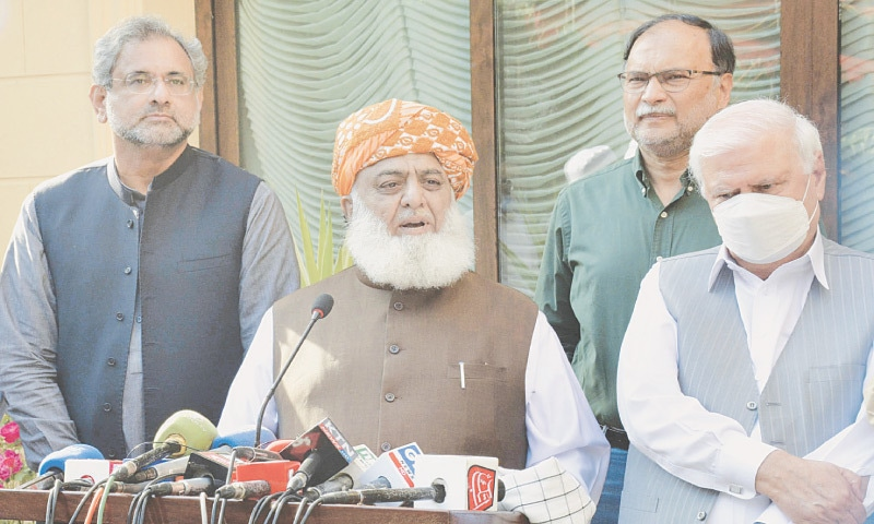 PDM president Maulana Fazlur Rehman talking to journalists as opposition leaders Shahid Khaqan Abbasi, Ahsan Iqbal and Aftab Ahmed Khan Sherpao  look on.—Tanveer Shahzad / White Star