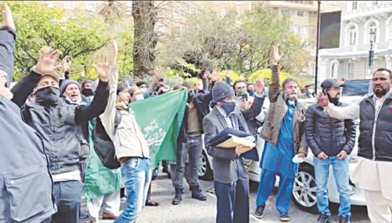 LONDON: Supporters of the Tehreek-i-Labbaik Pakistan protest outside the Pakistan High Commission on Thursday.—Dawn