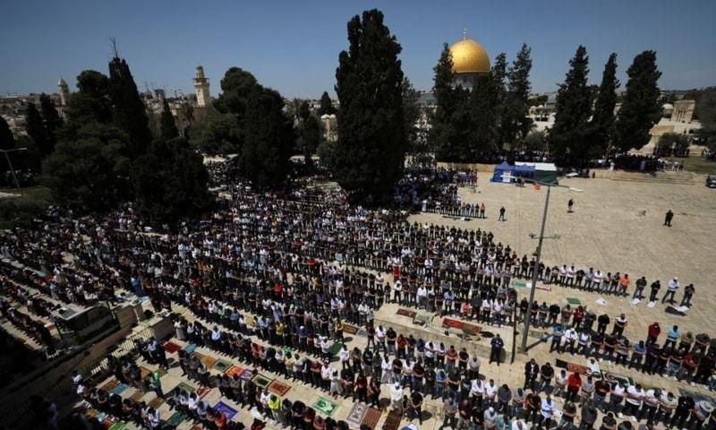 اسرائیلی حکام کی پابندیوں کے باوجود مسجد میں 70 ہزار سے زائد افراد نے رمضان المبارک کے پہلے جمعے کی نماز ادا کی— فوٹو: رائٹرز
