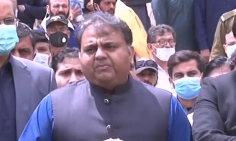راولپنڈی میں ضلعی ہسپتال کا دورہ کرنے کے بعد وفاقی وزیر اطلاعات فواد چوہدری میڈیا سے گفتگو کر رہے تھے — فوٹو: ڈان نیوز