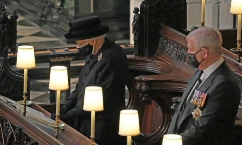 ملکہ برطانیہ سیاہ لباس میں ملبوس نظر آئیں—فوٹو: رائٹرز