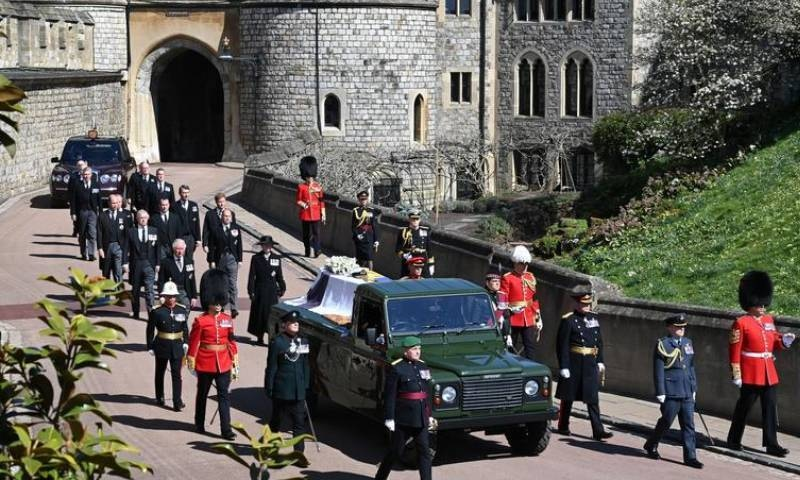 شہزادہ فلپ کے تابوت کو لینڈ روور میں چیپل لے جایا گیا—فوٹو: اے پی