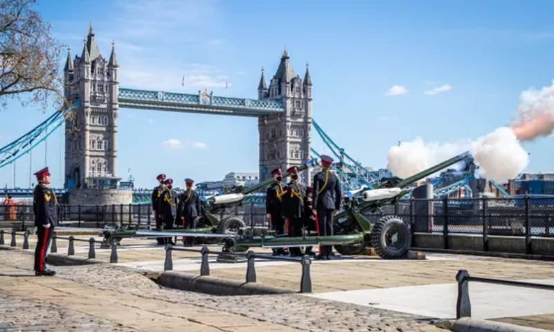 3 بجے ٹاور آف لندن پر شہزادہ فلپ کو سلامی پیش کی گئی—فوٹو: ای پی اے