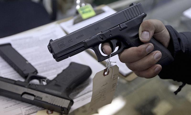 بندوق کی نوک پر موبائل فون اور موٹر بائیک چھیننے میں اضافہ ہوا—فائل فوٹو: رائٹرز
