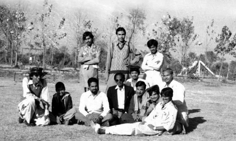 آصف اسکول کے اساتذہ اور ہم جماعتوں کے ساتھ ایک تصویر