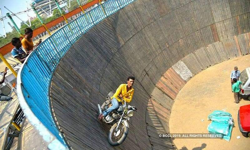 موٹر سائیکل سوار موت کے کنویں میں ہاتھ چھوڑ کر موٹر سائیکل چلاتے ہوئے