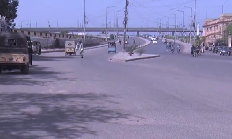 کراچی کی شاہراہوں پر ٹریفک معمول سے کم رہا—تصویر: ڈان نیوز