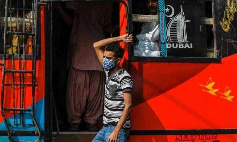 این سی او سی ملک میں وبا کی سنگین صورتحال پر بھی غور کرے گا — فوٹو: رائٹرز