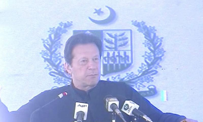 وزیر اعظم پشاور میں تقریب سے خطاب کررہے ہیں—فوٹو: ڈان نیوز