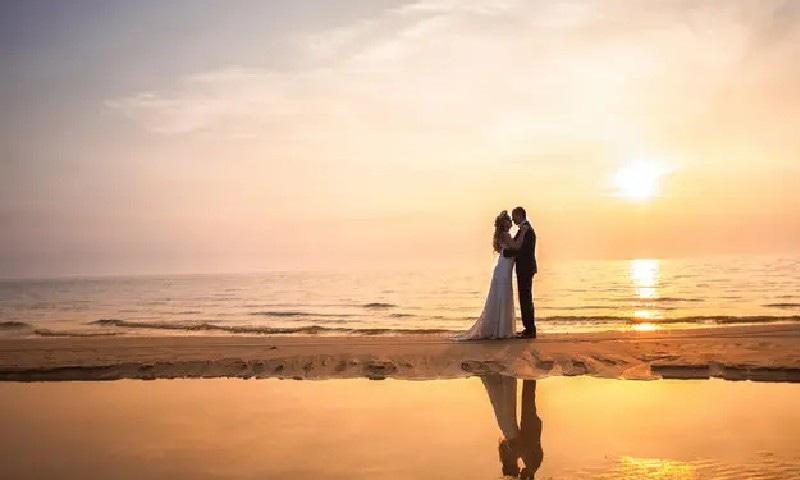 زیادہ سے زیادہ تعطیلات کے لیے 4 بار شادی کرنے والا جوڑا