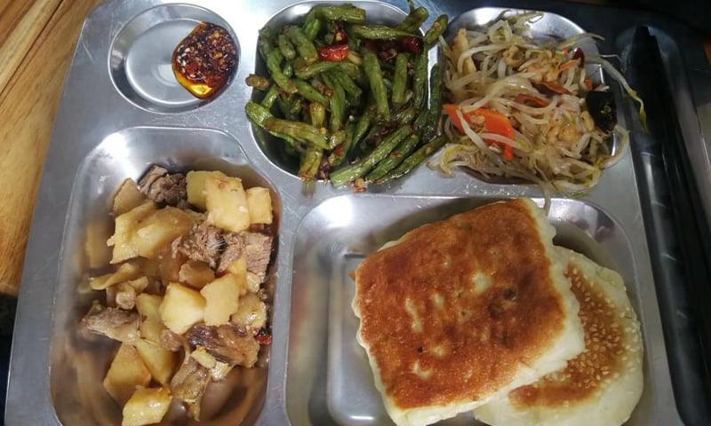 کیفیٹیریا میں ملنے والا حلال کھانا
