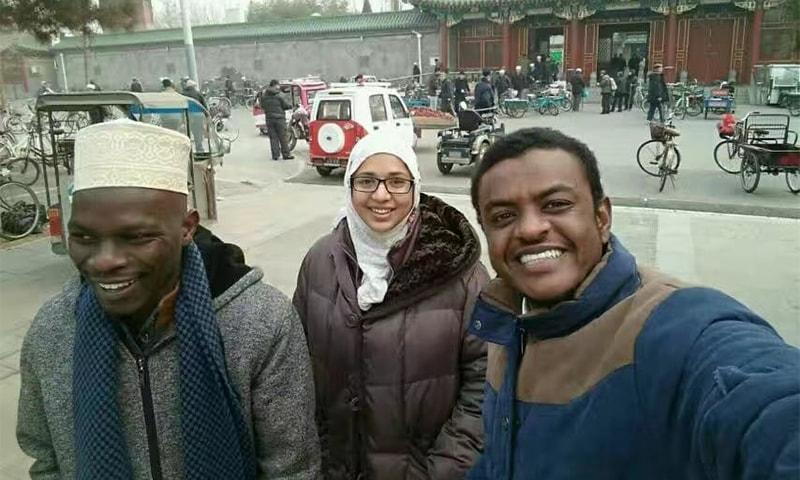 مسجد کے باہر مسلمان طلبہ کے ساتھ