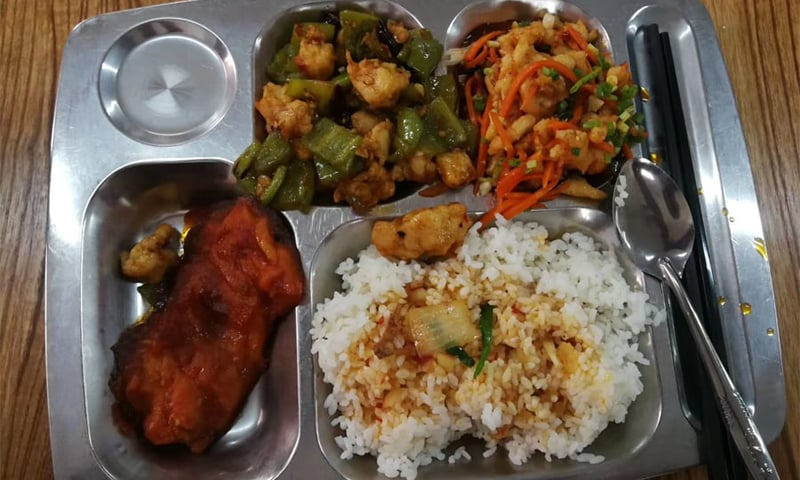 طلبہ کیفیٹیریا سے دن یا رات کے کھانے کے وقت سحری اور افطار کے لیے کھانا پیک کروالیتے ہیں